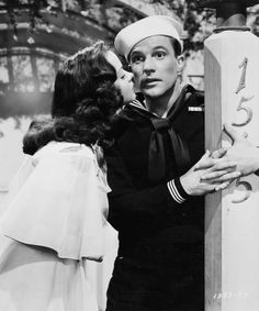 Kathryn Grayson and Gene Kelly in a scene photo of musical comedy Anchors Aweigh Golden Age Of Hollywood, Hollywood Stars, Classic Hollywood, Old Hollywood, Kathryn Grayson, Movie Kisses, Classic Movie Stars, Classic Movies, Star Wars