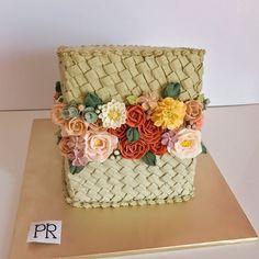 First time try buat anyaman serong....  . . . . . . #bunga #buttercream #buttercreamcake #buttercreamflowers #buttercreamflowercake #flowers #flowercake #flowerboxcake #wiltoncakes #amourducake #prettycake #sayajual #sayajualkek #sayajualkeksedap #cake #cakemalaysia #kek #kekmalaysia