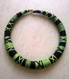 Collier ethnique avec tissage indien, multicolore - atébas - coton - laine vert/noir/fluo : Collier par les-surprises-de-noh-lim