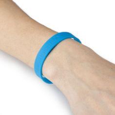 Per tenere sempre in ordine penne, matite, gomme ecc scegli l'astuccio UNICEF. E l'anello laterale si trasforma in un braccialetto in silicone che ovunque tu vada dimostra il tuo sostegno per i bambini.   http://regali.unicef.it/index.php/biglietti-e-regali/cartoleria/astuccio-unibella.html