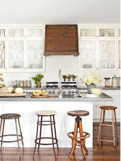 Vier Barstühle aus Holz und originelles Design von Kochinsel - Die moderne Kochinsel in der Küche- 20 verblüffende Ideen für Küchen Design