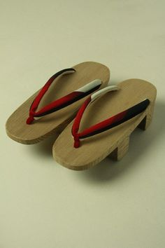 Red and black geta shoes / 赤×黒×グレーの小判型下駄 #Kimono #Japan http://www.rakuten.co.jp/aiyama/