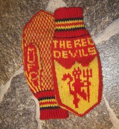 Nu med et gratis mønster. Gratis mønster M & Cross Stitch Letters, Drops Design, Knitting Socks, Manchester United, Mittens, Liverpool, Free Pattern, Knit Crochet, Diy And Crafts