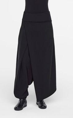 In dieser Saison können Sie jedes Outfit veredeln. Diese kreative Hose, die am Bein gerafft werden kann und so für einen drapierten Look sorgt, ist leicht ausgestellt und überzeugt durch clevere Details. Tragen Sie dazu einen Pullover und eine verkürzte Strickjacke.