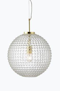 """Loftlampe af boblet klart glas med mesingbelagt metalophæng. Højde 50 cm, Ø 40 cm. Transparent ledning med wire-ophæng, ledningslængde 85 cm. Stor sokkel E27. Maks. 60 W.<br>Lyskilde medfølger ikke. <br><br>OBS! Nogle loftlamper/pendler leveres med svensk """"loftstik""""som ikke kan benyttes i Danmark. Stikket klippes af og ledningen tilsluttes direkte i roset (lampeudtag) eller monteres med lampestikprop. Alle vores lamper er CE-godkendte. <br><br>"""