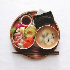 Kaisen Don . ランチは彩りよい海鮮丼で。 刺身の切り落とし集めて丼、 アボカドなど野菜も添え丼。 しじみの味噌汁、海苔付き。 . . #おうち丼 #海鮮丼 #サーモン #マグロ #ブリ #アボカド #刺身 #ちらし寿司 #のっけごはん #しじみ #しじみ味噌汁 #kaisendon #sushi #nokkegohan #sashimi #avocad #donburi