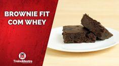 Veja como fazer uma deliciosa receita de brownie fit com whey protein de chocolate Bolo Fit, Acerola, Protein Brownies, Chocolate, Low Carb, Desserts, Powerlifting, Food, Bodybuilding