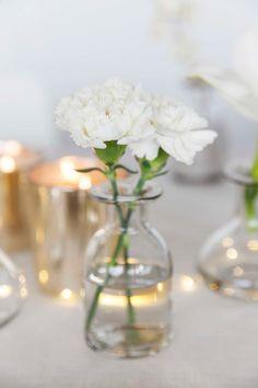 Slik pynter du et vakkert konfirmasjonsbord Wedding Centerpieces, Wedding Decorations, Table Decorations, Wedding Flowers, Wedding Day, Bud Vases, Living Room Decor, Glass Vase, Table Settings