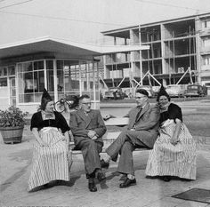 Stationsplein met mensen in klederdracht die wachten op de bus. L. Drent 1955 Arnhem Gelders Archief #NoordHolland #Volendam