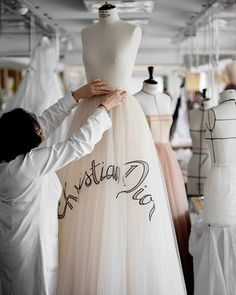 Following the Shanghai showing of the Spring-Summer 2018 Haute Couture collection by #MariaGraziaChiuri, discover an example of the unique savoir-faire that went into the gowns presented on the runway. This embroidered dress required more than 1000 hours of handiwork, which included the embroidered recreation of Christian Dior's signature from a fan found in the archives. #DiorSavoirFaire © Sophie Carre Dior Haute Couture, Style Couture, Fashion Week, Fashion Show, Fashion Outfits, Fashion Design, Club Fashion, Net Fashion, 1950s Fashion