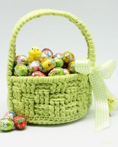 Crochet Pattern Easter Basket - Crochet this cute little Easter Basket to safely store your Easter eggs. Pick your favourite colour and get going with this fun free Easter crochet pattern! Crochet Easter, Easter Crochet Patterns, Crochet Basket Pattern, Crochet Bunny, Knitting Patterns, Crochet Gratis, Free Crochet, Diy Ostern, Crochet Instructions