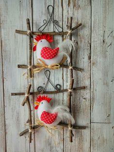 OKÝNKO s kohoutkem / Zboží prodejce Jalis Felt Crafts Patterns, Fabric Crafts, Sewing Crafts, Sewing Projects, Chicken Crafts, Chicken Art, Craft Stick Crafts, Diy And Crafts, Crafts For Kids
