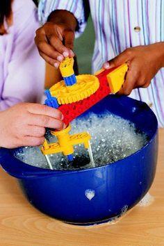 Variatie. Een hoge kom met water en een flinke scheut afwasmiddel. De kinderen kunnen kloppen met een handklopper of handmixer. Wat gebeurt er wanneer je klopt?