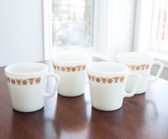 4 tasses Pyrex vintage, couleur verre de lait, avec poignées en D de la boutique 3rvintages sur Etsy