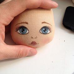 Доброго дня! Я немного пропала по причине своей затянувшейся болезни - краснуху подцепила((( сейчас немного восстанавливаюсь и возвращаюсь к работе)) вот и личико новое, нарисовано по фото, сказали похоже и я очень рада #кукла #куклаолли #олли #олликукла #doll #dolls #ollydoll #artdoll