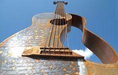 Самая-большая-функционирующая гитара