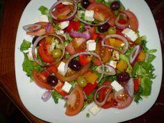 Připravte si jednoduché a svěží saláty na každý den. Během horkých dnů, se málo kterým hospodyňkám chce dlouho stát za sporákem a vyvářet. Caprese Salad, Bruschetta, Kefir, Ethnic Recipes, Food, Diet, Recipes, Essen, Meals