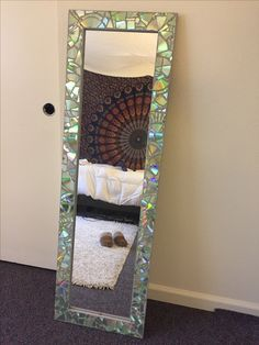 DIY Home Decor detail 8179240305 - A clever idea for a comfortable tone. For extra stylish ideas , push the image. Broken Mirror Diy, Broken Mirror Projects, Diy Mirror, Cd Crafts, Diy Home Crafts, Easy Diy Crafts, Rustic Crafts, Cd Diy, Cd Decor