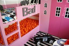 bunk bed,bollhav,bollhavsboll,kura,våningssäng,grafiskt,flickrum,bad,randigt,rosa,orange,husgarderober,husrum,mönster