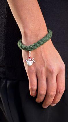 Für Weihnachten und Weihnachtsgeschenke ist es nie zu früh. Dünnes Strickarmband mit zartem Weihnachts-Charm passend zu jedem Weihnachts-Outfit.