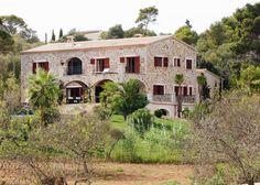 Impresionante fachada en piedra situada en la isla de Mallorca.