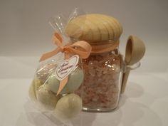 Bomboniera gastronomica: barattolino con tacco e cucchiaino di legno ripieno di sale rosa dell'Himalaya
