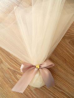 Μπομπονιέρα γάμου με σατέν κορδέλα σε χρώμα σάπιο μήλο, τούλι και διακοσμητικό φυλλαράκι από ορείχαλκο. Η τιμή συμπεριλαμβάνει το Φ.Π.Α. και 5 κουφέτα αμυγδάλου