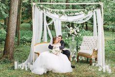 Начиная с нежного и воздушного утра невесты в стилистике английского садаи заканчивая изысканной подачей торта, свадьба Симона и Елены была наполнена элегантностью и утонченностью. А романтичная церемония на природе под живую музыку стала главной изюминкой праздника!