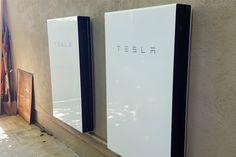Zelf opgewekte energie met zonnepanelen opslaan in een thuisaccu kan het thuis opwekken van stroom nog aantrekkelijker maken. Opvallend is dat niet de energiebedrijven, maar autofabrikanten Tesla en BMW met een oplossing daarvoor komen. Dankzij de ontwikkeling van thuisaccu's wordt het thuis opwekken van stroom interessanter. De accusystemen fungeren als opslag en back-up voor als …
