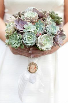 this succulent bouquet is gorgeous..... Would love a pot with these in it on my deck!