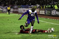 Persib vs Persipura : Herman Dzumafo tackled by Otávio Dutra.