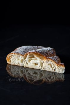 Check out the recipe of the traditional Ensaimada, a delicious rolled pastry from Mallorca (Spain) funny to do and so very delicious Donuts, Croissant, Food Photography, Bakery, Deserts, Food Porn, Tasty, Sweets, Cooking