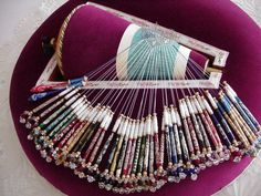Original bolillero ingles, de rulo en forma de cono Hairpin Lace Crochet, Crochet Shawl, Crochet Edgings, Crochet Motif, Bobbin Lace Patterns, Bead Loom Patterns, Lace Earrings, Lace Jewelry, Bobbin Lacemaking