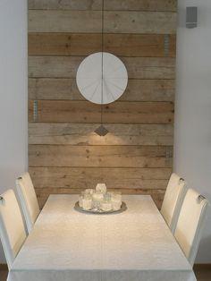 Steigerhouten planken tegen de muur bij de eettafel. Mooi!
