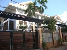 $650 pcm - Serviced apartment for rent located in Slor Kram commune, Siem Reap city. It has a public swimming pool, garden, fully furnished and a parking area. This single bedroom comes with air-con, wardrobe, mattress and an en-suite bathroom with hot water. Moreover, the living room comes furnished and a set of the nice sofa with a …