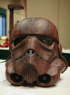 Um capacete de stormtrooper com detalhes maori