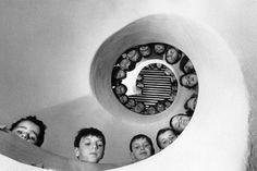 """Henri Cartier-Bresson è considerato il più grande fotografo di tutti i tempi. Vediamo insieme perché, e soprattutto che cosa può ancora insegnarci """"lo sguardo del secolo"""""""