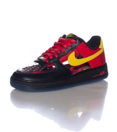 sale retailer 32eb2 16200 NIKE Kyrie Irving Low top men s sneaker Lace up closure NIKE swoosh detail  on sides Clear panel mid .