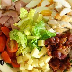 Denne salat er efterhånden en klassiker herhjemme. Det er en alsidig salat, som med en kombination af hårdkogt æg, kød og salat altid er et sikkert hit.