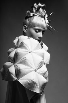 3D triangle tessellation with soft padded structure; experimental fashion bydesigner Giulia Grincia . Tendencia moda 3D geometría triangular #coolhunting