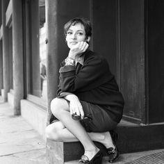 La chanteuse Barbara pendant une pause lors d'une interview pour France Inter à l'occasion de son concert à Bobino  Crédits : Claude James/Ina