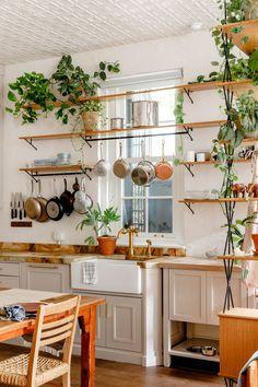 New York Loft Apartment des Schauspielers David Harbour - Pflanzideen Architectural Digest, Küchen Design, House Design, Loft Design, New Yorker Loft, Kitchen Dining, Kitchen Decor, Kitchen With Plants, Loft Kitchen