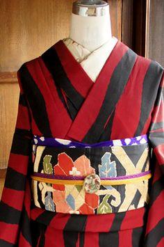 こっくりと深く沈んだ赤色と黒で織り出された立涌縞がとびきりモダンな正絹御召袷着物です。