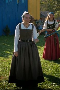 century gray kirtle in wool with black guard The Girl with the Star-Spangled Heart: HSF: 19 and 20 Catch Up Elizabethan Costume, Renaissance Fair Costume, Renaissance Clothing, Tudor Dress, Medieval Dress, Historical Costume, Historical Clothing, Historical Dress, 16th Century Fashion