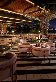 Studio Raises the Roof for San Diego's Born & Raised The ceiling is clad in custom teak paneling by Talbert, with custom brass-capped LED lighting.The ceiling is clad in custom teak paneling by Talbert, with custom brass-capped LED lighting. Lounge Design, Lounge Bar, Design Café, Bar Interior Design, Design Hotel, Commercial Interior Design, Roof Design, Cafe Interior, Cafe Design