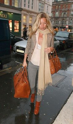 Kate Moss (the reason I own grey jeans) in BALMAIN booties, Longchamp bag and superfines. Kate Moss (the reason I own grey jeans) in BALMAIN booties, Longchamp bag and superfines. Casual Chic, Estilo Kate Moss, Stage Outfit, Estilo Glam, Kate Moss Stil, Moss Fashion, Queen Kate, Glam Rock, Airport Style
