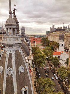 Arquitectura Argentina Av de Mayo con estatua a La libeertad de Prensa, sobre el actual edificio de la Municipalidad de la ciudad ( viejo diaro LaPrensa )