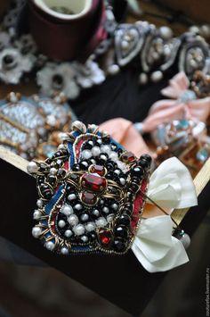 Купить или заказать Брошь-кулон 'Королева Марго' в интернет-магазине на Ярмарке Мастеров. Корон много не бывает!)) Брошь-кулон, ручная вышивка на шелковой органзе. Можно носить как брошь, можно подвешивать на одну из пары лент, прилагаемых в комплект (французская бардовая, из качественного синтетического материала или желтоватая пастельная, нат. шелк. ), и превращать корону в кулон. В вышивке натуральный жемчуг, жемчуг и стразы Сваровски, канитель, французские пайетки, винтажные…