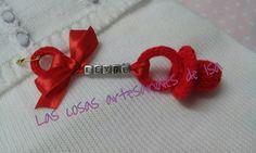 Chupe de ganchillo para colgar del carro del bebe con su nombre. Rojo con letras color plata.