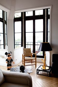 chez Sarah Lavoine - j'aime bpc les montants des fenêtres peints en noir, ça structure tout de suite une pièce